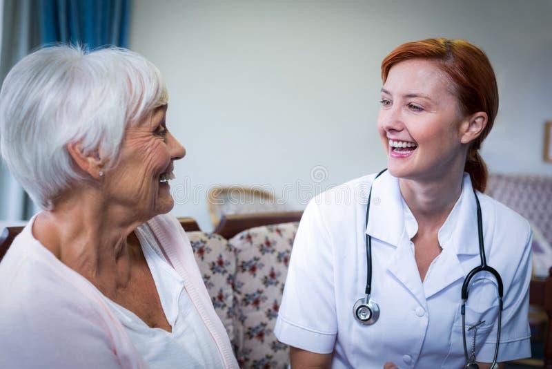 Doutor e paciente felizes imagem de stock