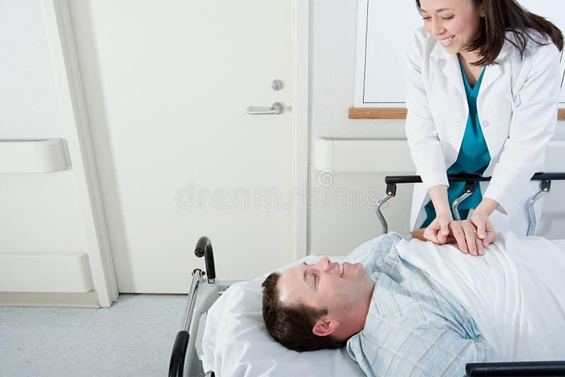Doutor e paciente no corredor imagem de stock royalty free