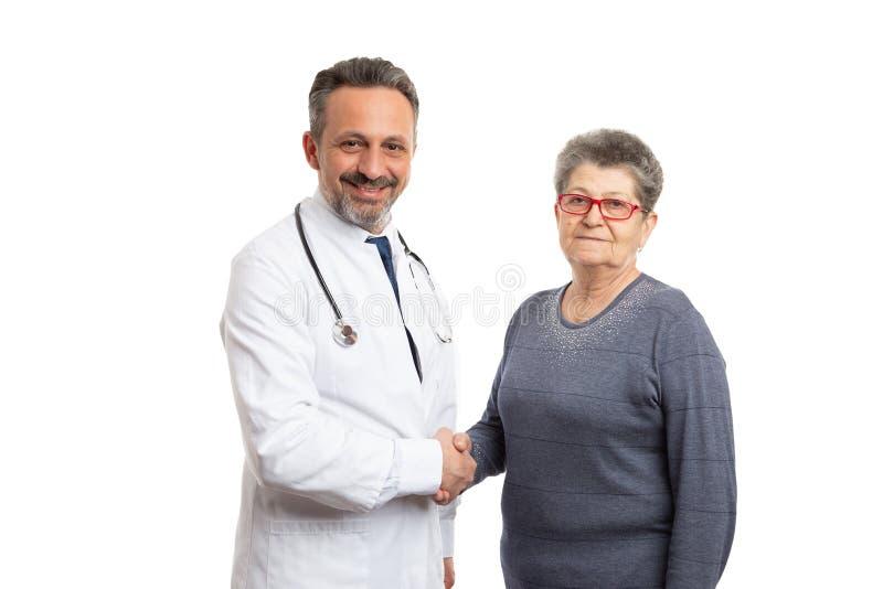 Doutor e paciente que agitam as m?os imagem de stock