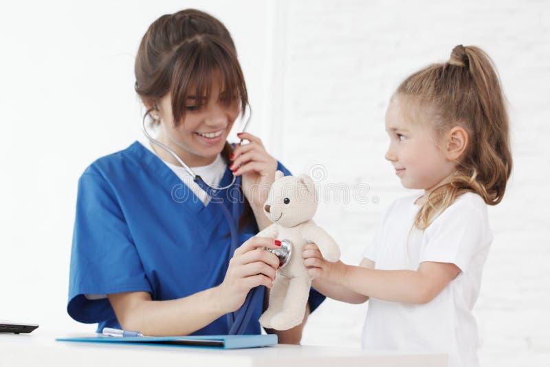 Doutor e seu paciente pequeno fotografia de stock royalty free