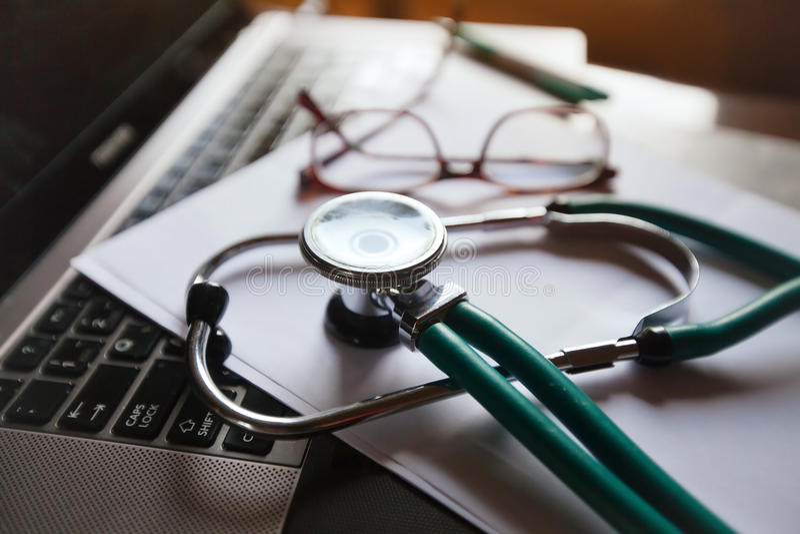 Doutor em linha imagens de stock royalty free