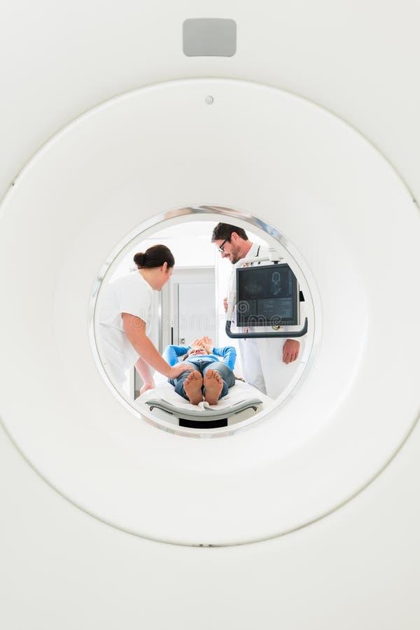 Doutor, enfermeira, e paciente na varredura do CT fotos de stock royalty free