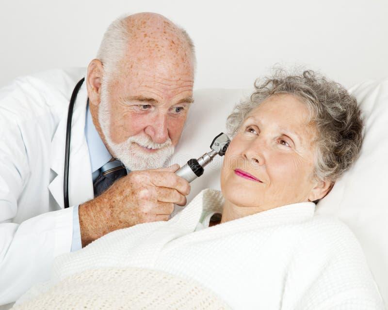 Doutor Exame Paciente Orelha imagens de stock royalty free