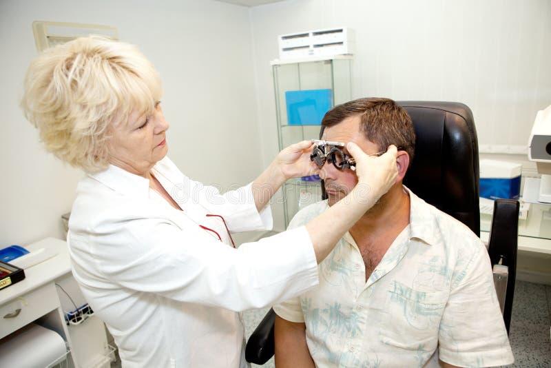 Doutor, examinando um paciente imagem de stock royalty free