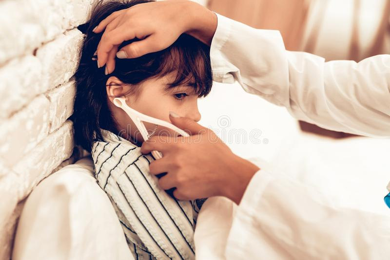 Doutor fêmea árabe Examining Little Boy Criança no pediatra Conceito do hospital Conceito saudável Visita do paciente da criança imagens de stock