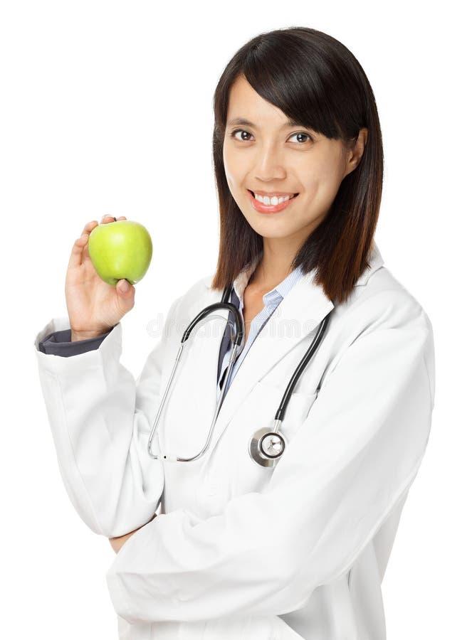 Doutor fêmea asiático que guardara a maçã verde imagem de stock royalty free