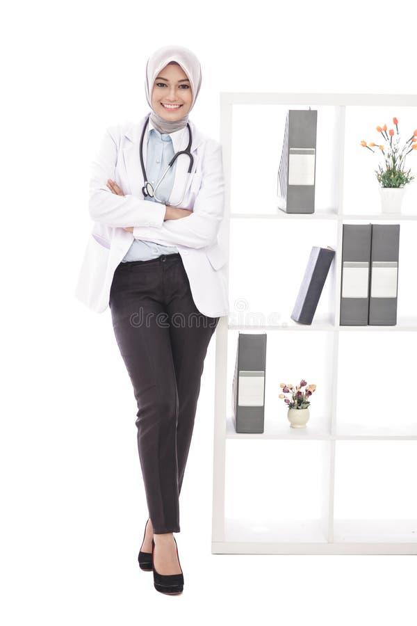 Doutor fêmea asiático que sorri com estetoscópio imagens de stock