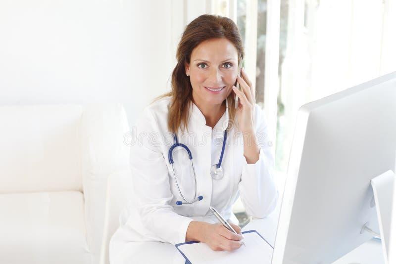 Doutor fêmea atrativo imagem de stock
