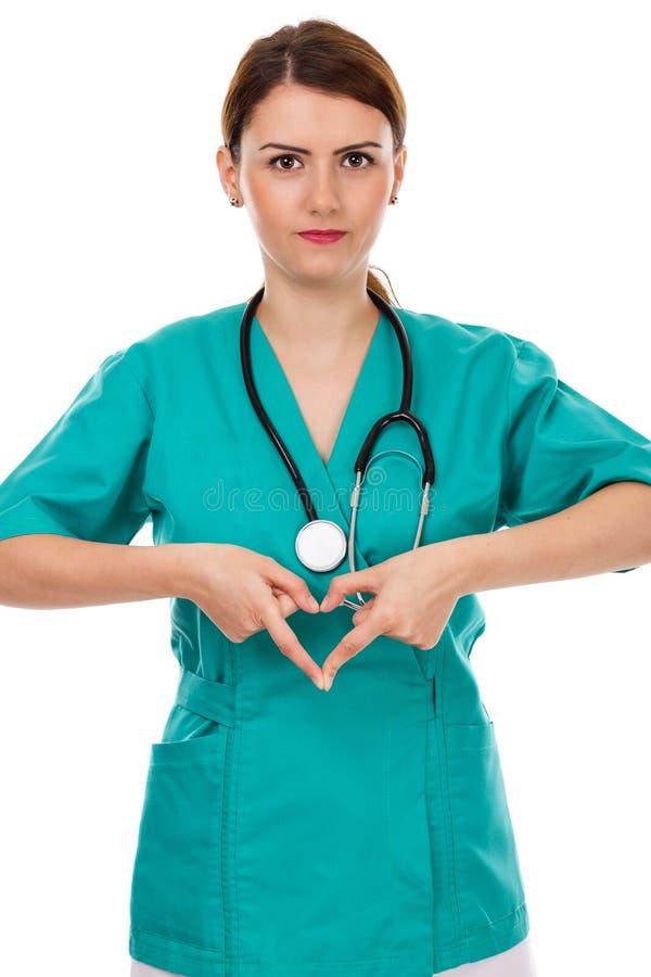 Doutor fêmea atrativo com o estetoscópio que faz a forma do coração imagens de stock royalty free