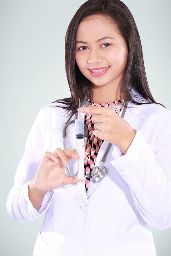 Doutor fêmea bonito que leva uma seringa foto de stock royalty free
