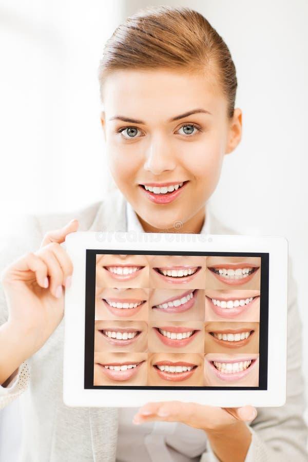 Doutor fêmea com PC e sorrisos da tabuleta imagem de stock royalty free