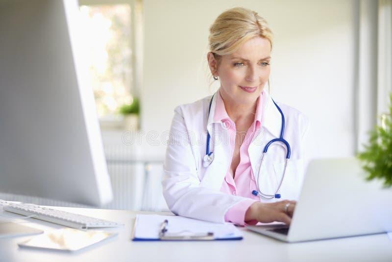 Doutor fêmea com portátil fotos de stock royalty free