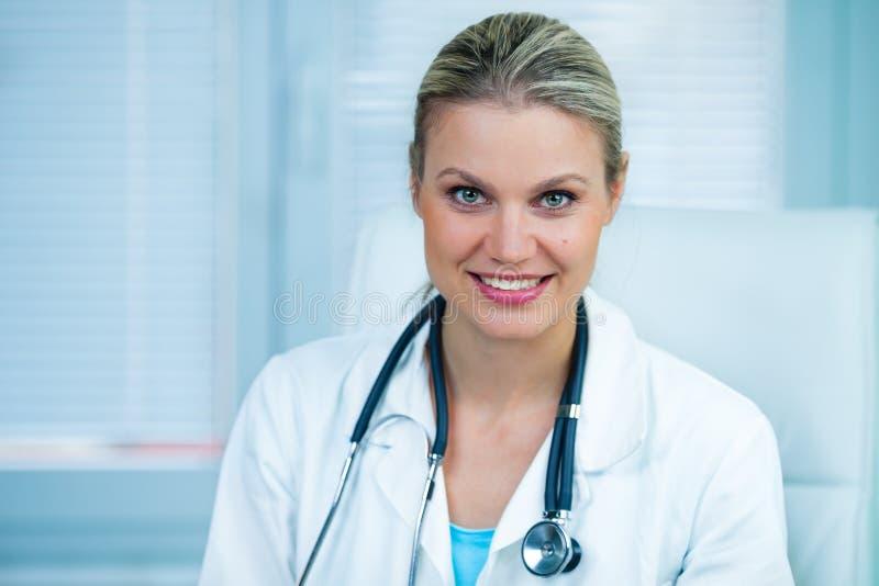 Doutor fêmea consideravelmente novo Estar Smiling na ambulância foto de stock