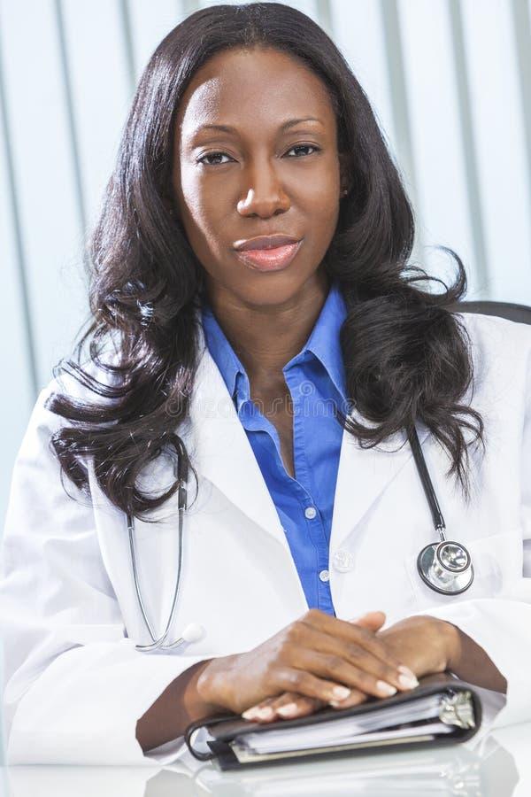 Doutor fêmea da mulher do americano africano foto de stock