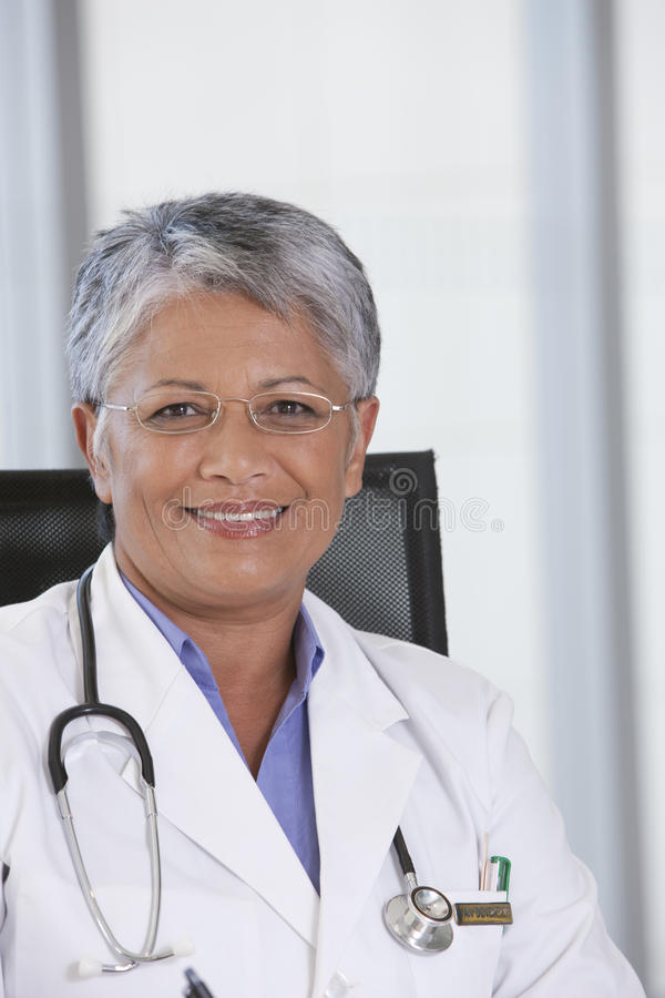 Doutor fêmea de sorriso imagens de stock royalty free