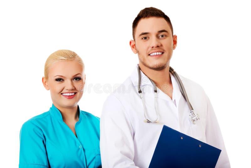 Doutor fêmea do sorriso e masculino novo imagens de stock