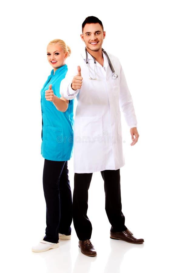 Doutor fêmea do sorriso e masculino novo foto de stock