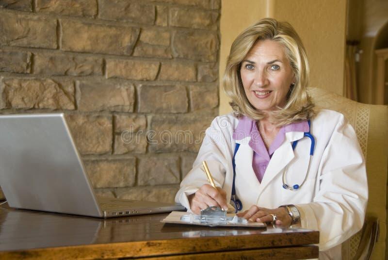 Doutor fêmea em sua mesa imagem de stock royalty free