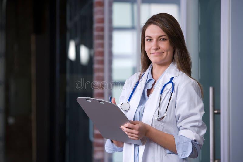 Doutor fêmea em um escritório moderno imagem de stock royalty free