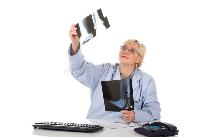 Doutor fêmea envelhecido médio atrativo, raio X fotografia de stock
