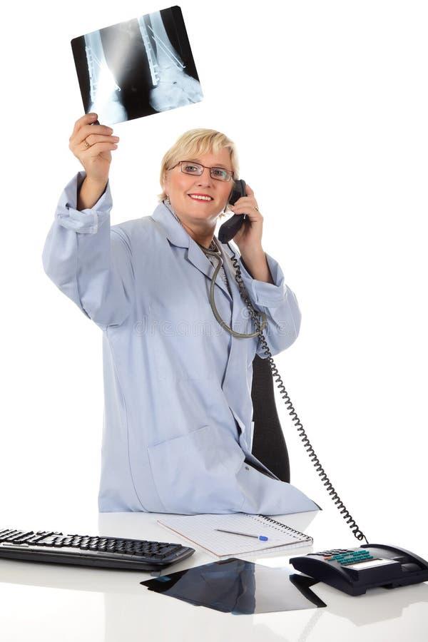 Doutor fêmea envelhecido médio atrativo, raio X imagens de stock royalty free