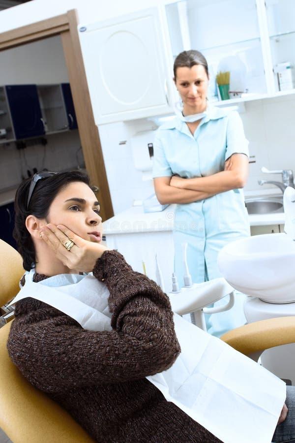 Doutor fêmea feliz no hospital fotografia de stock