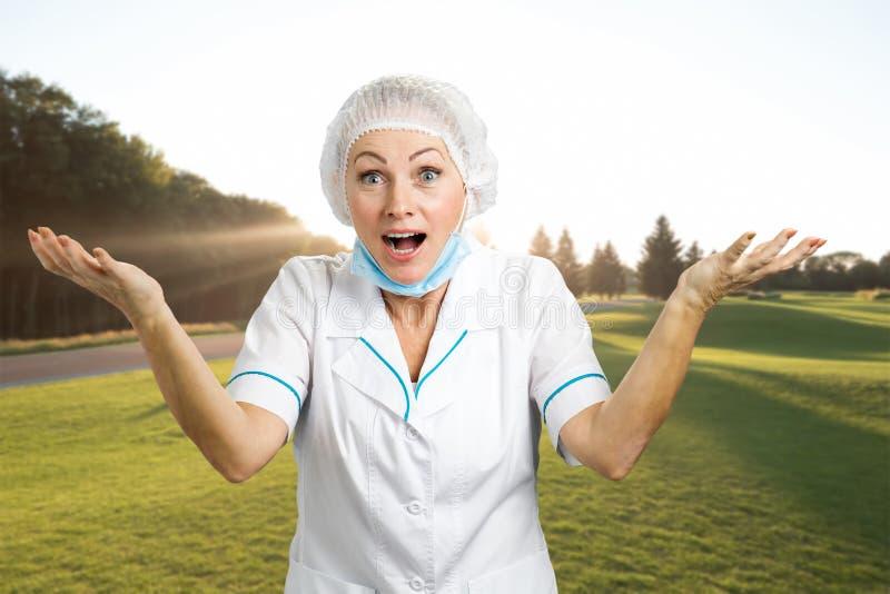 Doutor fêmea feliz que gesticula com braços acima fotografia de stock