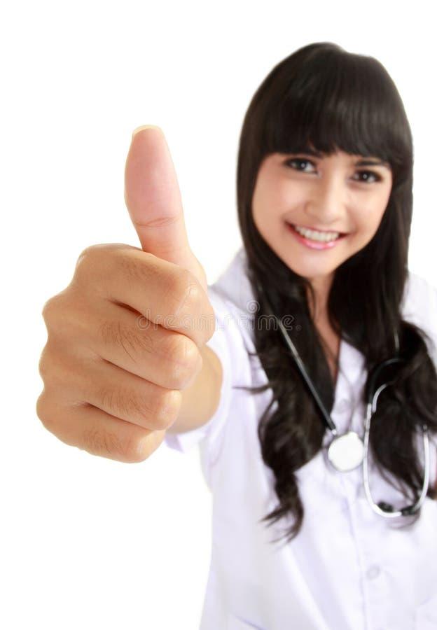 Doutor fêmea feliz que mostra o polegar acima fotos de stock royalty free
