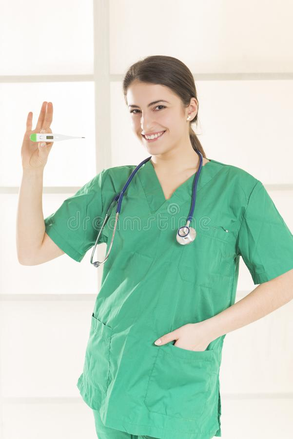 Doutor fêmea médico com termômetro imagem de stock royalty free