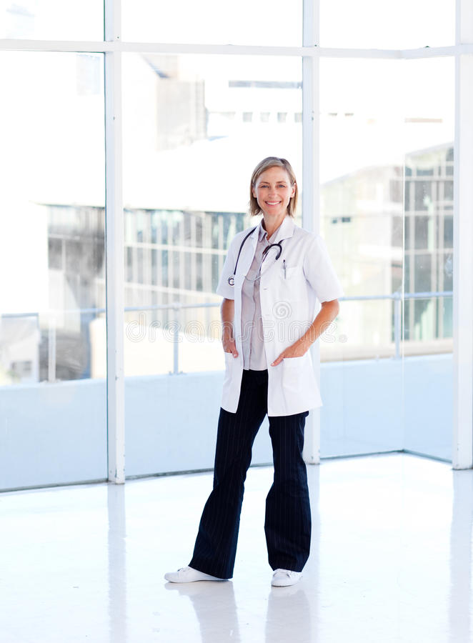 Download Doutor Fêmea Maduro Isolado No Hospital Imagem de Stock - Imagem de isolado, clínica: 10067103