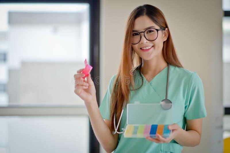 Doutor fêmea With Medication imagem de stock