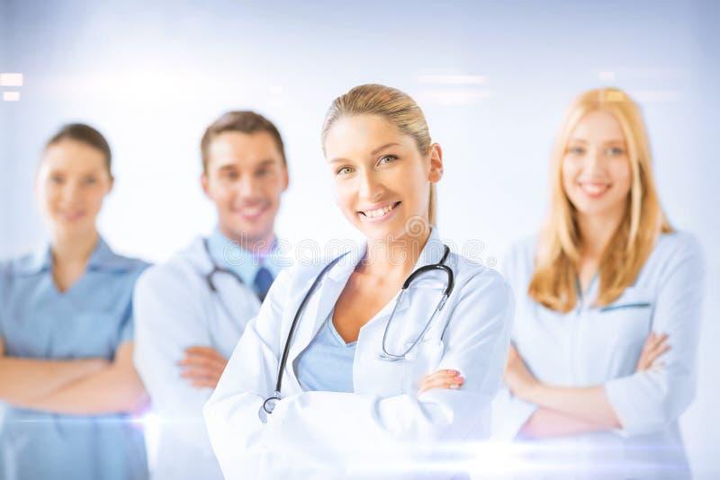 Doutor fêmea na frente do grupo médico fotos de stock