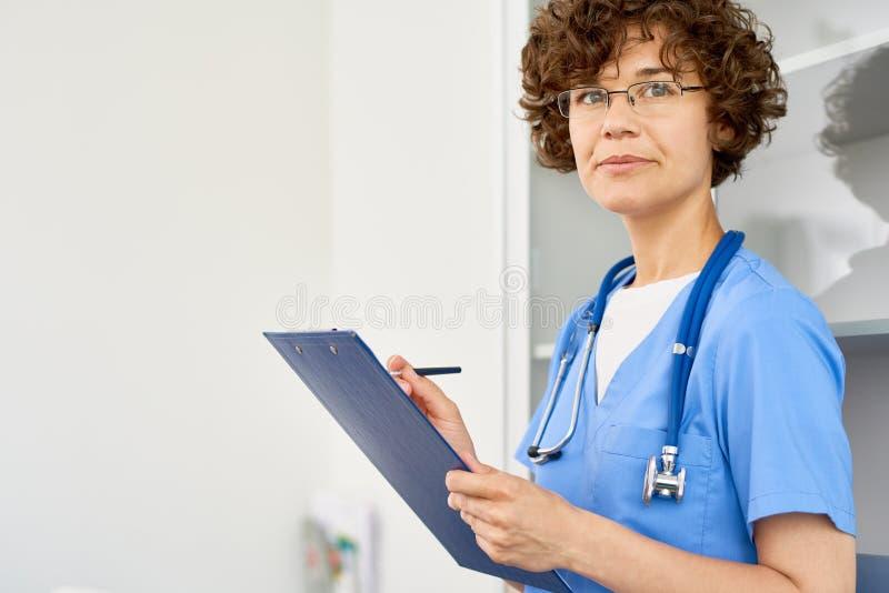 Doutor fêmea novo imagens de stock royalty free