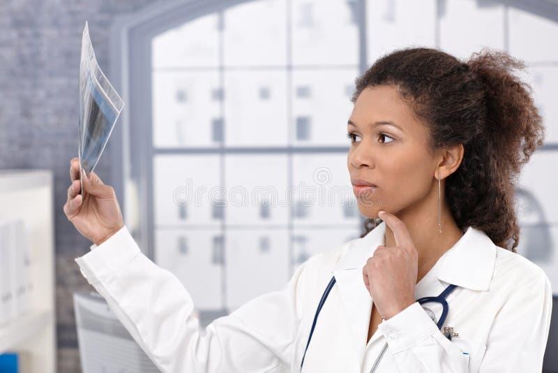 Doutor fêmea novo com imagem do raio X imagens de stock royalty free