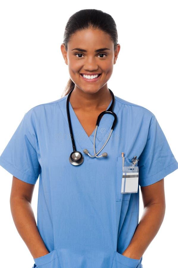 Doutor fêmea novo com mãos no bolso fotos de stock