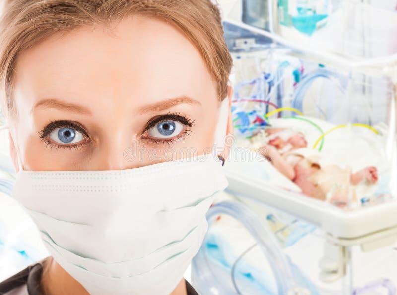 Doutor fêmea novo em ICU com criança recém-nascida fotos de stock