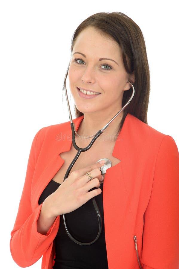 Doutor fêmea novo feliz natural bonito With um estetoscópio fotografia de stock royalty free