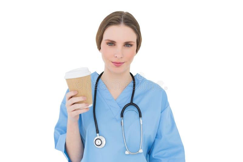 Doutor fêmea novo que guarda uma caneca de café foto de stock