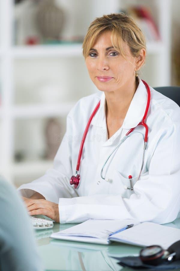 Doutor fêmea pensativo na mesa fotos de stock