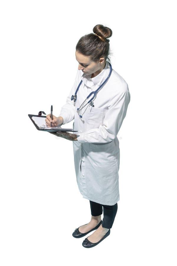 Doutor fêmea profissional que redige informes médicos imagens de stock royalty free