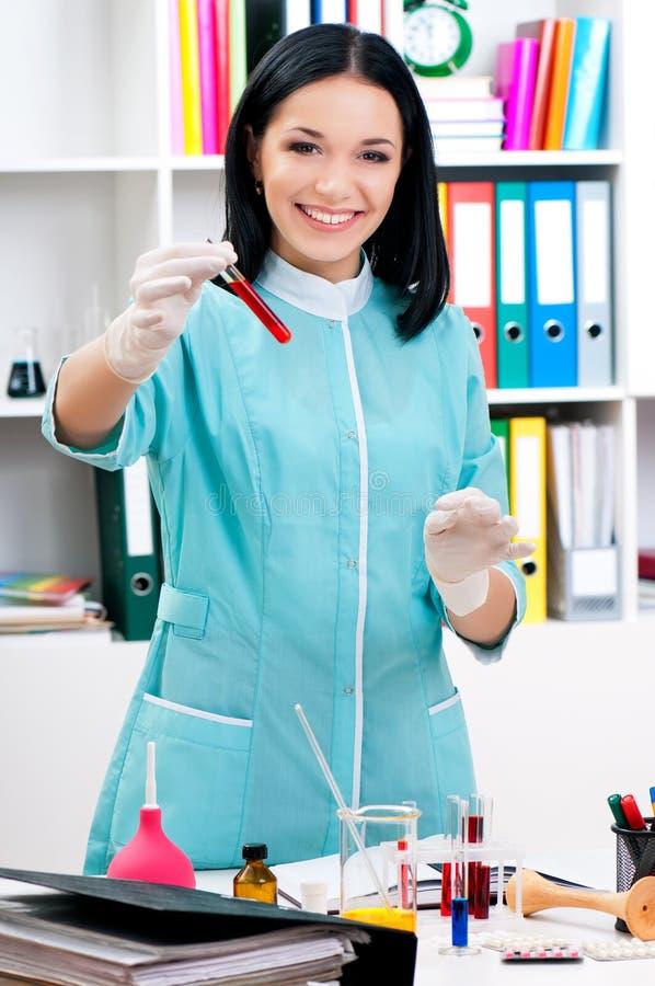 Doutor fêmea que analisa um sangue foto de stock