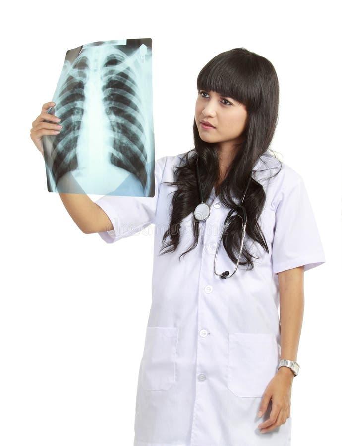 Doutor fêmea que examina um raio X fotografia de stock