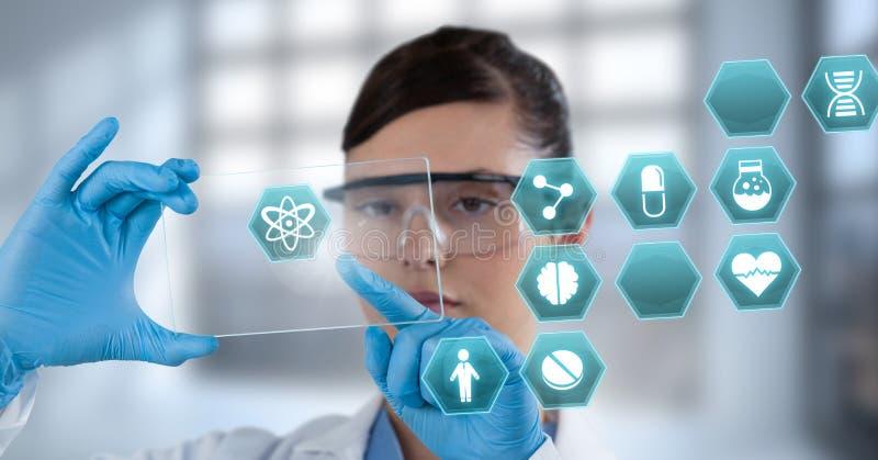 Doutor fêmea que guarda a tabuleta com ícones médicos do hexágono da relação foto de stock royalty free
