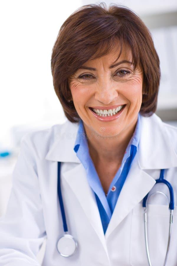 Doutor fêmea que trabalha no escritório fotografia de stock