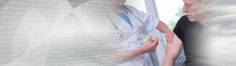Doutor fêmea que vacina um homem Bandeira panorâmico fotografia de stock