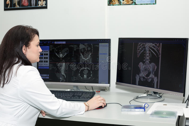 Doutor fêmea resultados de exame de um varredor do CT fotos de stock