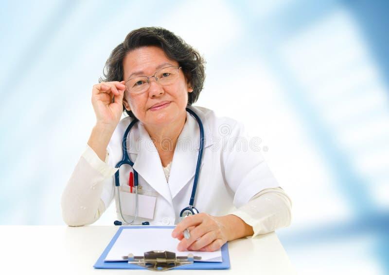 Doutor fêmea sênior asiático foto de stock royalty free