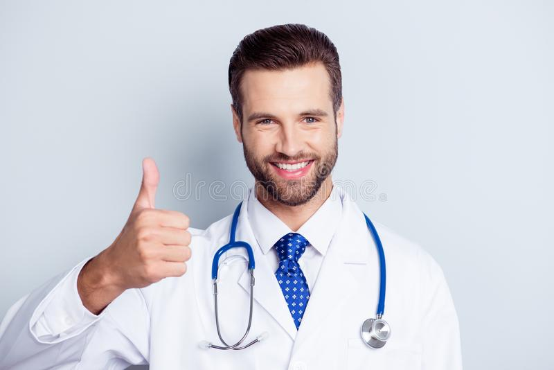 Doutor farpado considerável e à moda novo bem sucedido no un branco imagem de stock royalty free