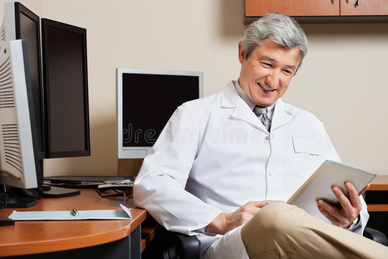 Doutor feliz Holding Digital Tablet imagens de stock