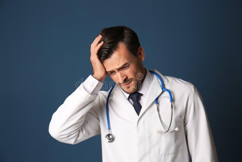 Doutor forçado considerável no fundo da cor foto de stock royalty free
